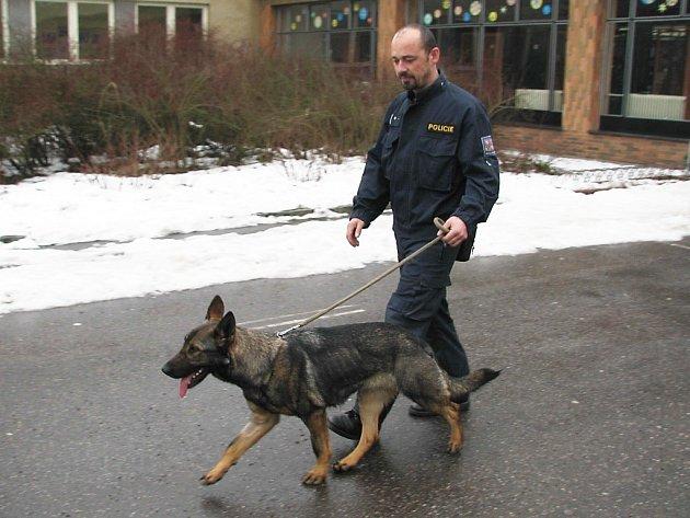 Na místo údajného uložení bomby byl přivolán také policejní psovod.
