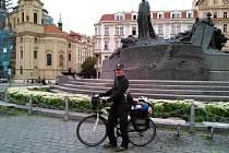 Libor Fojtík z Ústí nad Orlicí zahájil svou vzpomínkovou cestu v Praze na Staroměstském náměstí.