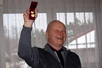 Na výroční členské schůzi zahrádkářů v Letohradě se udělovala ocenění zasloužilým členům, organizace pak převzala zlatou medaili za zásluhy o rozvoj zahrádkářství. Foto: Deník/Iva Janoušková