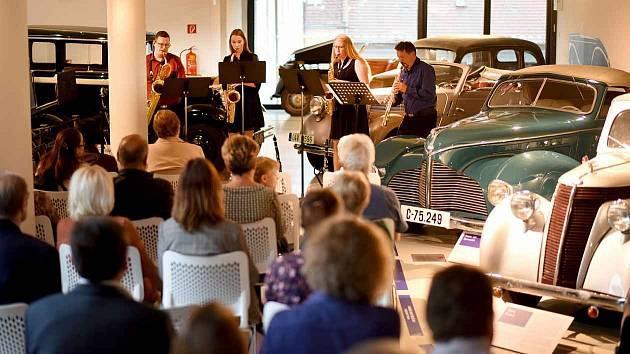 Oslavy kulatého výročí začalo vysokomýtské muzeum Koncertem mezi auty.