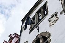 Černá vlajka na budově městského úřadu v Lanškrouně.