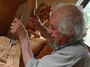 Řezbář Jan Rejman dělal celý život betlémy, řemeslo postupně předal svým třem dcerám a nyní už i vnoučatům. Je novým Nositelem tradice v Pardubickém kraji.