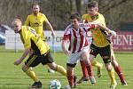 Výmluvný obrázek. Fotbalisté Ústí nad Orlicí (ve žlutém) chytají soupeře. Hráči Jiren byli pohyblivější a pro výhru si šli od prvních minut zápasu.