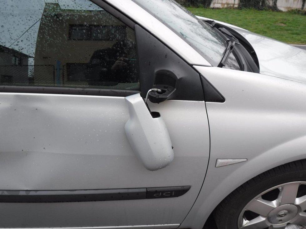 Vandal poškodil auta v Chocni
