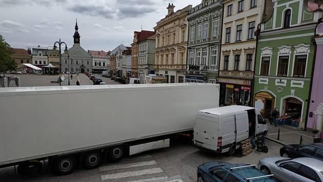 """Kamion """"bloudící"""" po objízdné trase ve Vysokém Mýte dojel až na náměstí Přemysla Otakara II. v historickém jádru města, kde se zaseknul."""