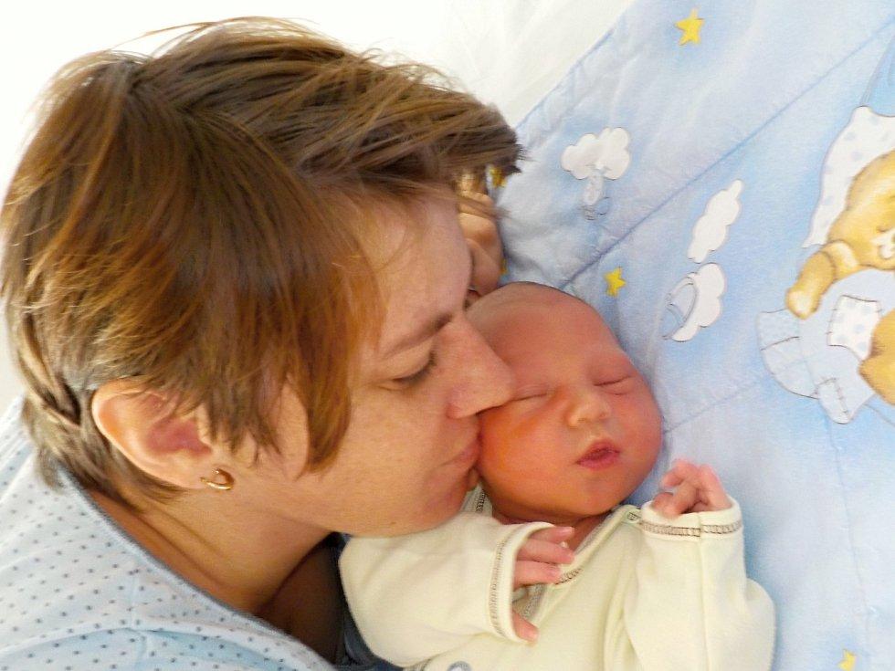 Matěj Šutera se narodil dne 17. 8. v 7.15 hodin, kdy vážil 3875 g. V Dlouhé Třebové bude spolu s rodiči Janou Sedláčkovou a Liborem Šuterou, i s bratříčkem Vojtíškem.