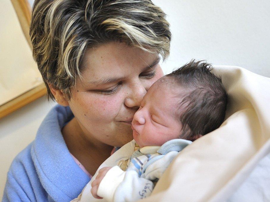 Denis Duspiva bude doma v Lukové s rodiči Miroslavou a Petrem a bráškou Dominikem. Narodil se 5. března ve 3.31 hodin, kdy vážil 2,85 kg.