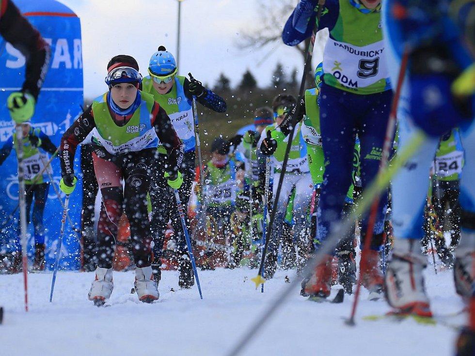 PRVNÍ TEMPA. Biatlonistky jsou na trati závodu s hromadným startem klasicky.