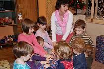 Silvie Serbousková s dětmi v Rodinném centru Jablíčko.
