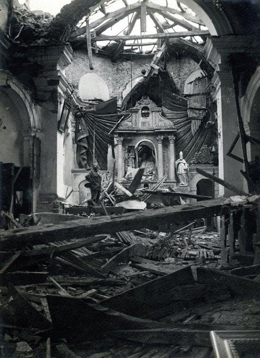 Dělostřeleckou palbou zničený kostel v Selu. Rok 1916.