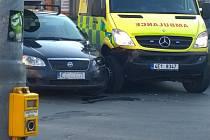 Střet sanitky s osobním autem.