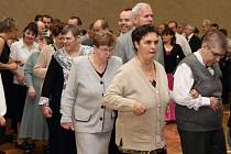 Netradiční taneční kurzy skončily věnečkem v Dlouhoňovicích.