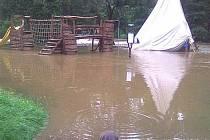 Orlice v pátek 22. července zaplavila také areál Cakle, a to až po horolezeckou stěnu a schůdky ke kiosku.