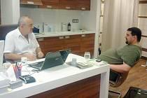 Tomáš Magnusek v ordinaci u doktora Leoše Středy.