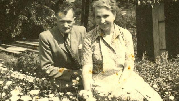 V Bezděkově naproti domovu důchodců provozoval zahradnictví Bohumír Tesař. Na snímku je s manželkou Eugenií, rozenou Páclovou.