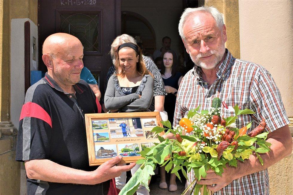 A symbolicky se rozloučit a především poděkovat přišel také soused Bohumil Bečička, který přímo naproti Základní škole Mistra Choceňského