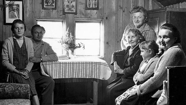 Na prvním snímku je pohled do podkrovní světničky zvané Kufr, která sloužila jako pracovna Maxe Švabinského. Třetí zprava sedí Ela Švabinská, první manželka Maxe Švabinského, nad ní je pak její přítelkyně Truda Brokešová z České Třebové.