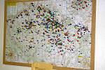 Mapa v přízemí značí místa, odkud přijeli návštěvníci Rozálky.