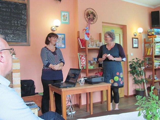 Radka Nepustilová a Silvie Serbousková představují v Jablonném nad Orlicí nový nadační fond Koloběh života