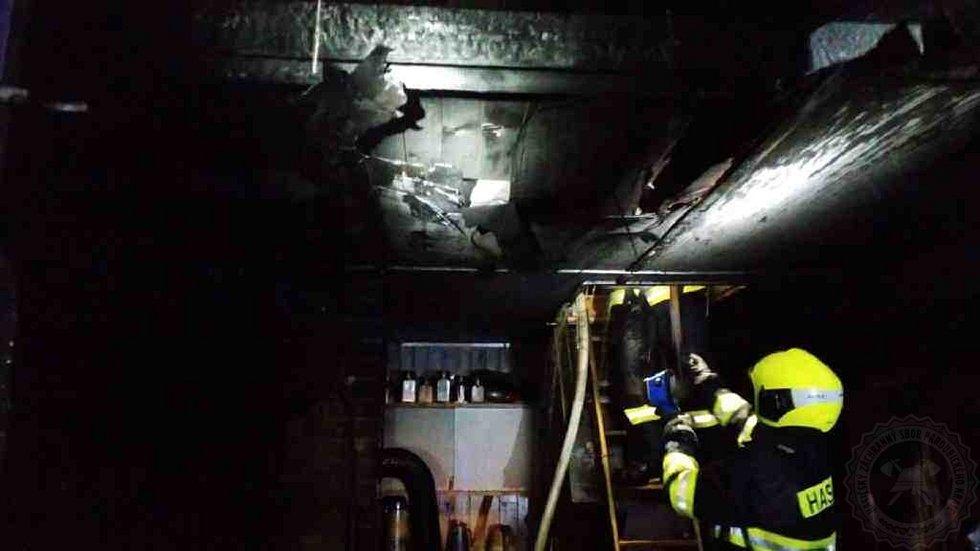 Hasiči likvidovali požár chatky v Kerharticích, nejspíš ho způsobil zásah blesku. Škoda byla předběžně vyčíslena na 700 tisíc korun.