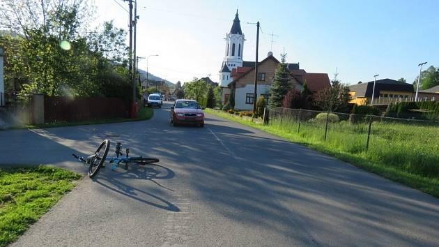 """Na křižovatce v obci Dlouhá Třebová se střetla cyklistka s autem a následně havarovala """"koloběžkyně"""". Foto z místa nehody."""