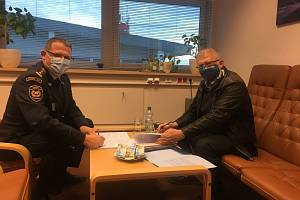 Krajský ředitel HZS Pardubického kraje Aleš Černohorský s jednatelem dodavatelské firmy STYLBAU Pavlem Pohlem při podpisu smlouvy na výstavbu stanice v Žamberku.