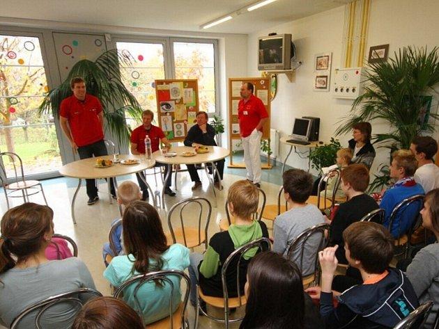 Hráči HC Pardubice na dětském oddělení Orlickoústecké nemocnice.