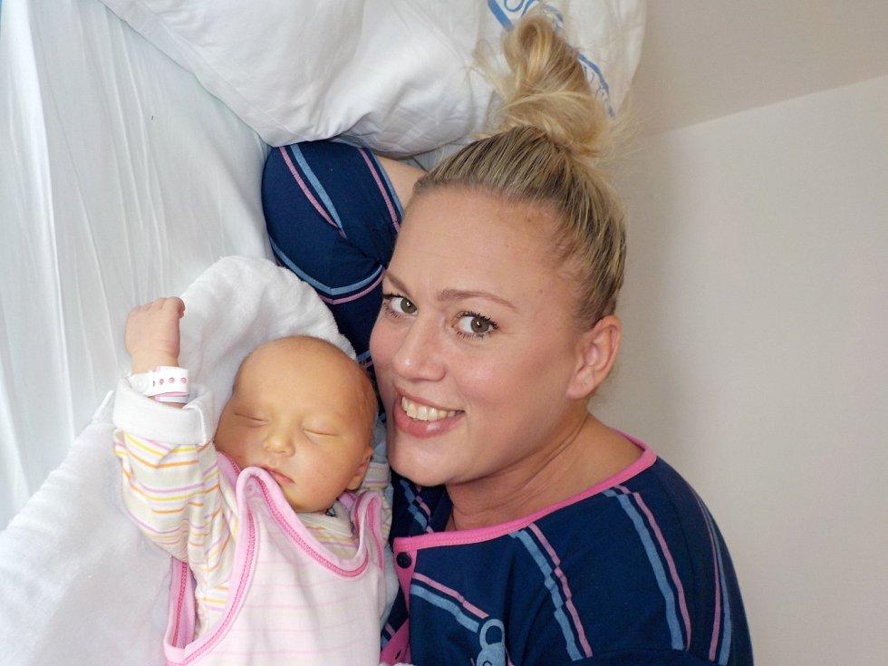 Jasmína Dědová je prvorozenou radostí pro Barboru a Romana ze Skořenic u Chocně. Narodila se dne 23. 11. v 8.01 hodin, kdy si přinesla váhu 3500 g.