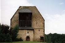 Torzo raně gotického kostela a polodřevěné zvonice v Krasíkově.