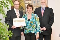 Zástupci Lanškrouna převzali v Pardubicích ocenění za první místo v krajském kole soutěže webových stránek obcí a měst Zlatý erb  2012.
