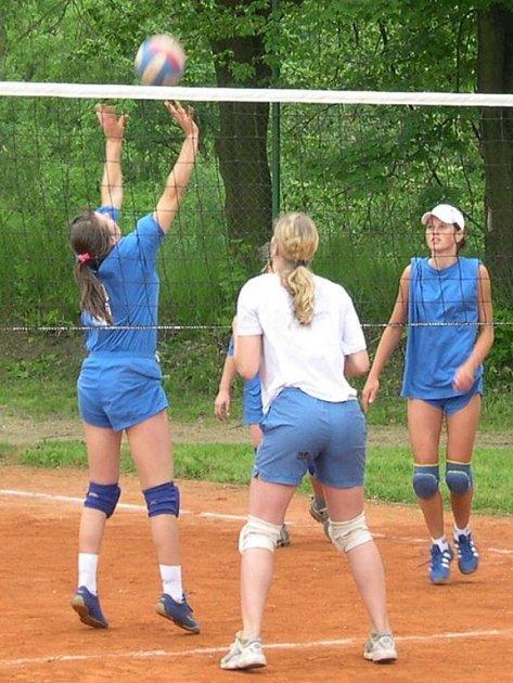 V loňském roce se vítězství na turnaji radovaly volejbalové juniorky z Brna (Ilustrační foto).