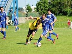 Fotbalisté Letohradu porazili na pokutové kopy Vysoké Mýto. Na snímku uniká mýtský Filip Wimmer Pavlu Šponarovi.