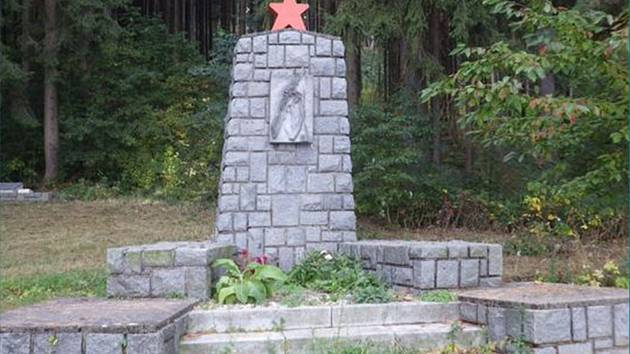 Památník výsadku Komenský na Kraví hoře nad Předním Arnoštovem.