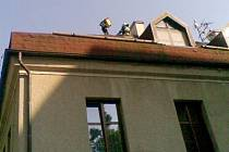 Hasiči z Králík zachraňovali v Orličkách kočku ze střechy.