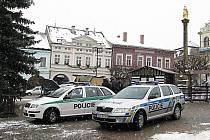 Policie představila nové služební vozy na ústeckém náměstí.