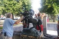 Sousoší Nymfy a Kentaura je zpátky na pilíři kašny