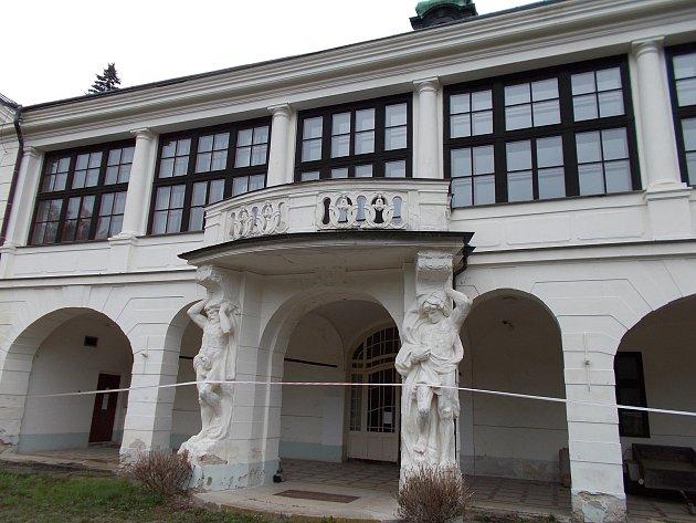 Zpustlé sídlo bývalého internátu a výchovného ústavu vBrandýse nad Orlicí.