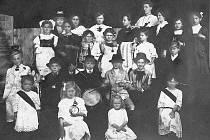 Historie českotřebovského ochotnického divadla zahrnuje také tradici školních představení, pořádaných ve městě od dávných dob. Neznámé školní divadlo v roce 1914.