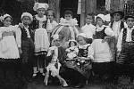 """Ze hry """"Když hračky oživnou"""" pochází z období okolo roku 1923. Uprostřed postava Míče ztvárněná Mirkem Dočkalem, pozdějším populárním konferenciérem a divadelním ochotníkem. Vlevo jeho sestra Vlasta, později provdaná Přívratská, známá členka sokolské obce"""