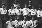 Tento snímek poněkud vybočuje z řady ostatních, neboť pochází ze školní oslavy narozenin prezidenta Tomáše Garrigue Masaryka v roce 1923 v Národním domě. Foto Jan Tomek.