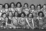 """Snímek z představení """"Bzunďa a Brunďa"""" sehraného přibližně v roce 1950.  Mnohé z """"hereček"""" se jistě poznají."""