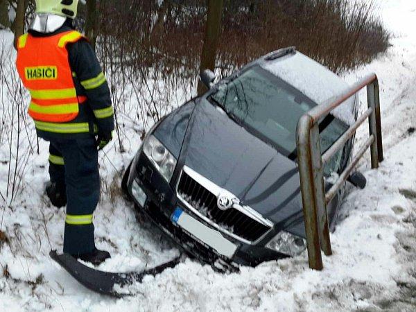 Ledovka řidiče potrápila také vLanškrouně.