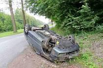 Havárie osobního automobilu mezi obcemi Kerhartice a Hrádek.