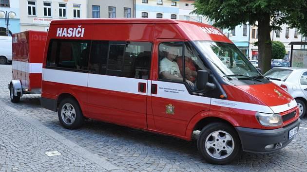 Lanškrounští dobrovolní hasiči vezli materiální pomoc do obce Křešice na Litoměřicku.