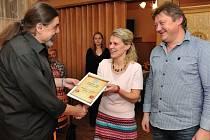 Manželé Křivohlávkovi při přebírání certifikátu, který potvrzuje vítězství jejich hostince v prestižní anketě.