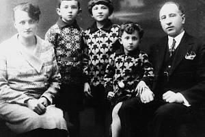 Antonínův syn Jaromír  Poldauf s rodinou, který převzal otcův obchod v domě čp. 46 na Starém náměstí.