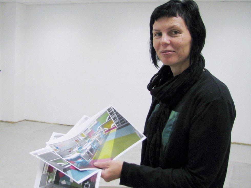 Gabriela Boháčková s návrhy nového čtenářského oddělení pro teenagery.