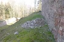 Vydrolená část zdiva na hradu Litice.