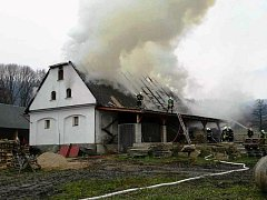 Na stodole se vznítila udírna, škoda je přes milion korun
