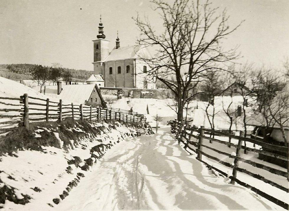 Historická fotografie kostela Máří Magdalény v obci Řetová na Orlickoústecku